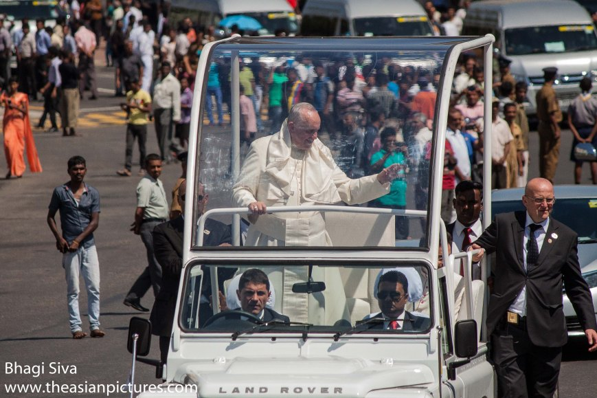 catholics sri lanka, francis the pope, pope, pope christianity sri lanka, pope francis, pope francis 13-01-2015, pope francis escort, pope francis visit sri lanka, pope visit sri lanka, pope visit sri lanka 2015, security escort pope francis in sri lanka, sri lanka 2015, sri lanka pope, sri lankan people, sri lankan people welcome pope francis, vatican pope